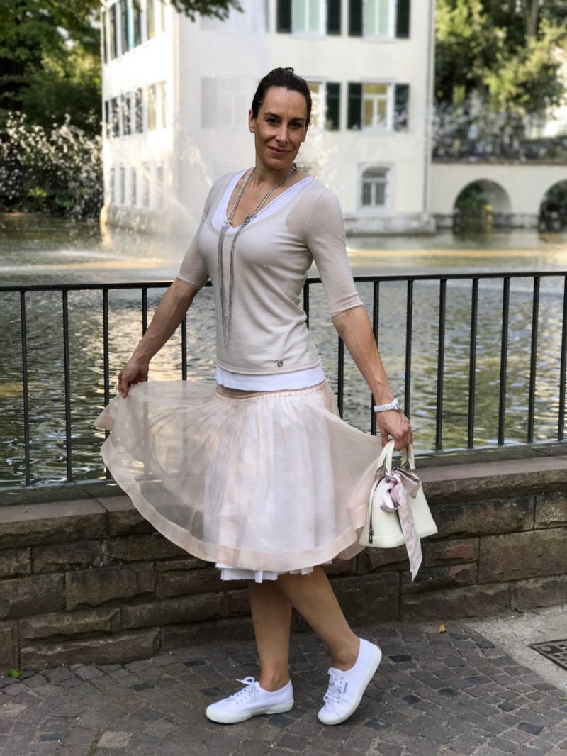 Ballerina dress in front of the water fountain