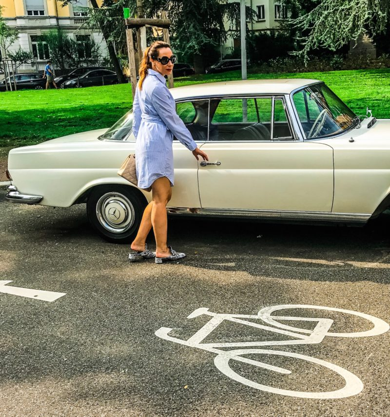Blue wrap blouse dress and  a beautiful oldtimer mercedes benz